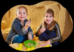 Kinderen vinden dinosaurus tand in het mergel